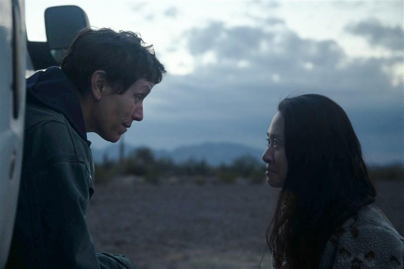 華人導演趙婷(右)的美國公路電影「游牧人生」共奪得英國影藝學院電影獎4項大獎,演員法蘭西絲麥朵曼(左)也獲得最佳女主角獎。(圖取自twitter.com/nomadlandfilm)