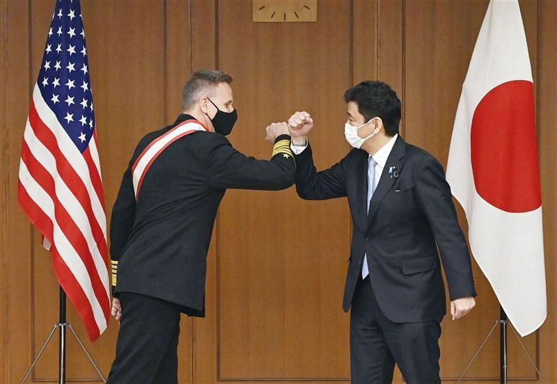 日本防衛大臣岸信夫(右)與美國印度太平洋司令部司令戴維森12日在日本防衛省會談。(共同社)