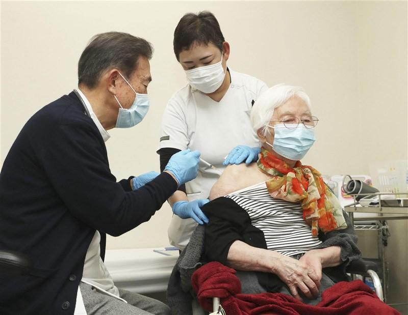 日本12日開始為65歲以上高齡者優先接種疫苗,對象共有約3600萬人,約占日本人口的1/3。圖為12日日本一名長者接種疫苗。(共同社)
