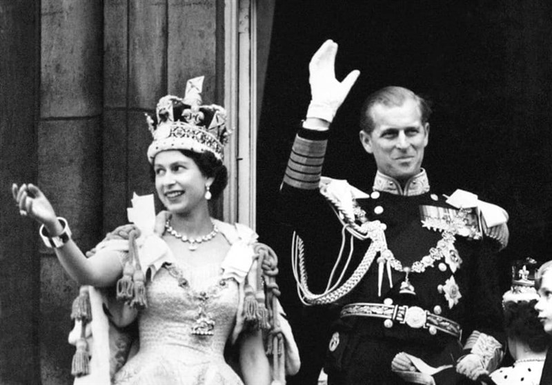 英國女王伊麗莎白二世(左)和菲立普親王(右)在1947年結婚,兩人結褵73載,十分恩愛,女王曾說菲立普親王是她的「力量與支柱」。(圖取自facebook.com/TheBritishMonarchy)