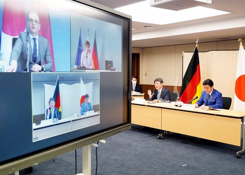 日本與德國政府13日透過視訊會議首度舉行外交及國防部會首長的「2加2會談」,確認為實現「自由且開放的印度太平洋」進行合作。圖右起為日本防衛大臣岸信夫、外務大臣茂木敏充。(圖取自twitter.com/moteging)
