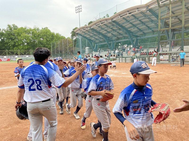 110年謝國城盃全國少棒錦標賽敗部賽事新竹市隊13日與台東縣隊在青年公園棒球場交手,新竹市團隊2轟攻勢串聯,終場以6比3拿勝、晉級4強,為隊史最佳成績。中央社記者謝靜雯攝  110年4月13日