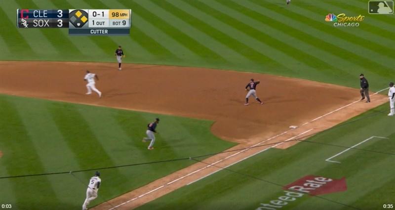MLB克里夫蘭印地安人隊的張育成(右3)12日鎮守一壘,因傳球失誤導致球隊掉分,印地安人終場3比4不敵芝加哥白襪隊。(圖取自美國職棒大聯網頁mlb.com)