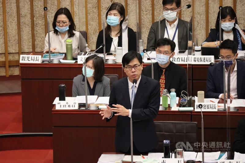 高雄市長陳其邁(前)13日表示,增加綠電及燃氣機組是努力的目標,盼中央能給予努力的地方政府回饋,建議能源政策要兼顧區域平衡。中央社記者王淑芬攝 110年4月13日