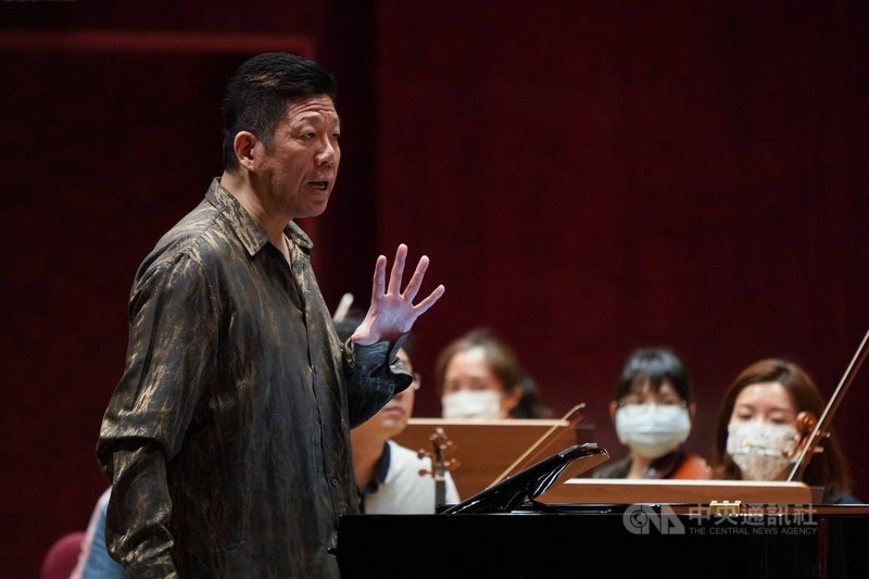 鋼琴家劉孟捷(前左)17日將與NSO國家交響樂團舉辦音樂會,13日在國家音樂廳為演出彩排。中央社記者徐肇昌攝  110年4月13日