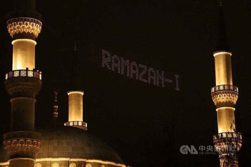 土耳其13日進入伊斯蘭教齋戒月。安卡拉巿中心梅莉凱.哈通清真寺(Melike Hatun Camii)上方的跑馬燈12 日晚間已經打出「齋戒月」。中央社記者何宏儒安卡拉攝   110年4日13日