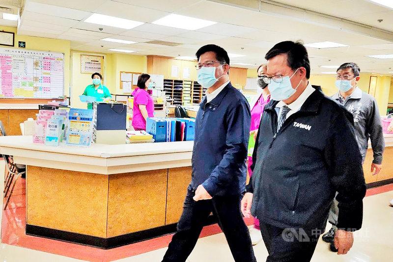 交通部長林佳龍(前右2)與桃園市長鄭文燦(前右)13日前往醫院探視台鐵太魯閣號事故受傷民眾,林佳龍受訪時指出,他既然在第一時間請辭且遞出辭呈,就是要負起完全的責任。中央社記者吳睿騏桃園攝 110年4月13日