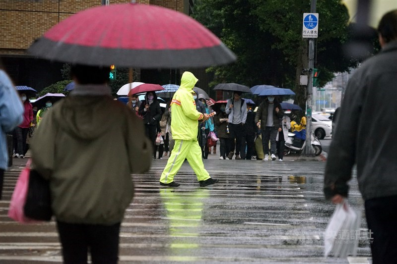 13日晚上鋒面通過及東北季風增強,北台灣氣溫會逐漸下降,除東半部有局部降雨外,北部地區及中南部山區也陸續會雲量增加、有局部短暫陣雨。(中央社檔案照片)
