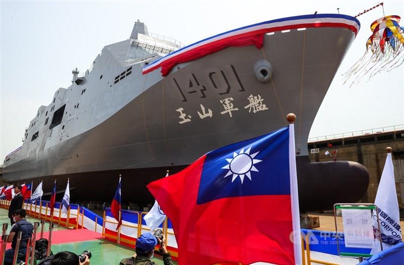 海軍「新型兩棲船塢運輸艦」13日在台船公司高雄港區舉行下水典禮,並以台灣最高峰為意象,命名「玉山艦(YU SHAN)」,未來此艘軍艦將擔負兩棲作戰、外離島物資支援、國內及國際人道救援等任務。中央社記者謝佳璋攝 110年4月13日