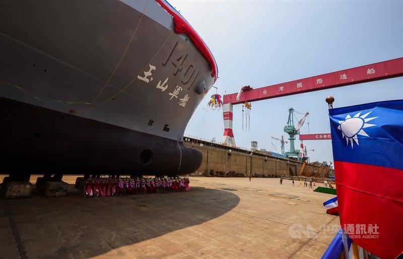 海軍「新型兩棲船塢運輸艦」原型艦13日上午在台船公司造船船塢舉行命名暨下水典禮,具體強化海軍「平時能救災,戰時能作戰」的能力。中央社記者謝佳璋攝 110年4月13日