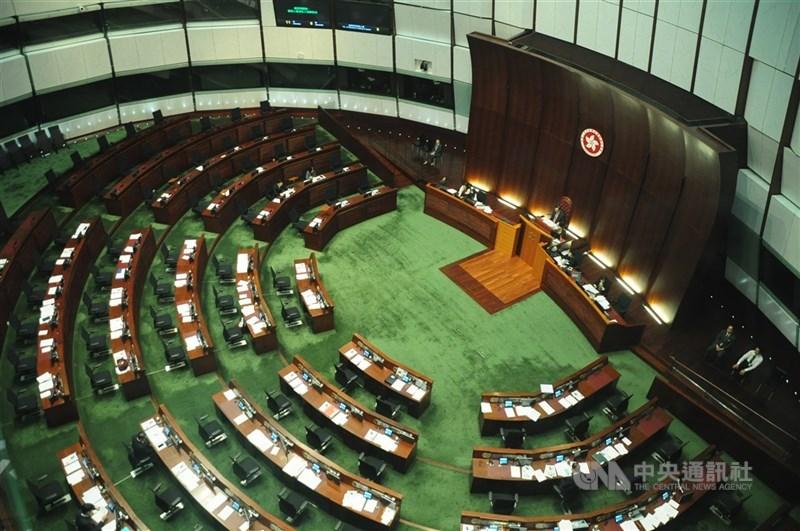 香港當局公布立法會選舉將於12月19日舉行。圖為香港立法會會議廳。(中央社檔案照片)
