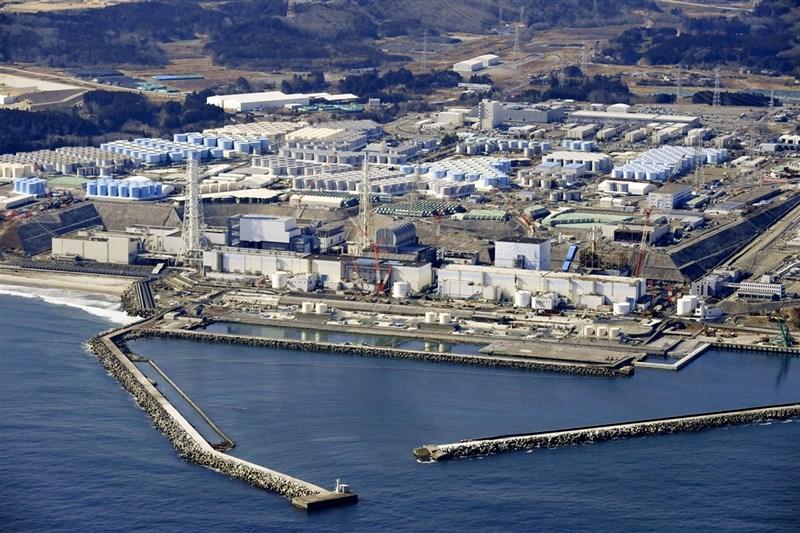 日本政府13日決定,福島第一核電廠在311核災後持續產生的含氚核廢水將在稀釋後排入海中,目標是2年後開始排放。(共同社)