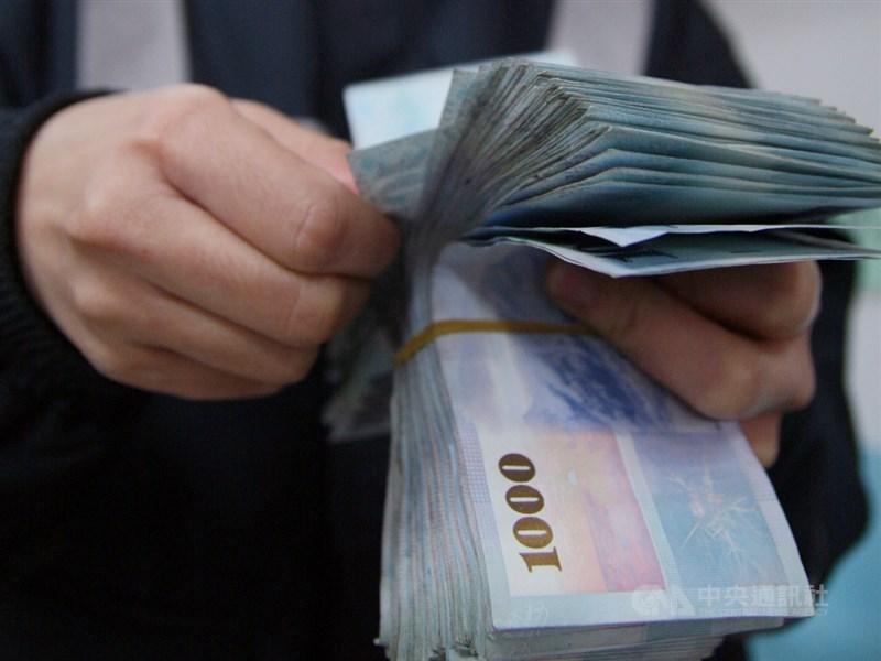 年終獎金統計出爐,主計總處13日公布110年受僱員工每人年終獎金平均為新台幣7萬513元、約1.64個月。(中央社檔案照片)