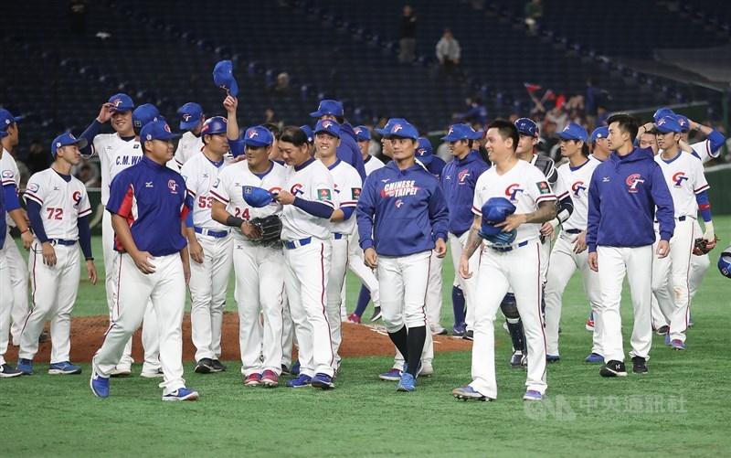 東奧棒球6搶1資格賽預計6月在台灣舉行。疫情指揮中心發言人莊人祥13日說,外隊檢疫天數可望縮短為7天,並開放有條件性練球。圖為2019年世界12強棒球錦標賽複賽最終戰中華隊贏澳洲隊。(中央社檔案照片)