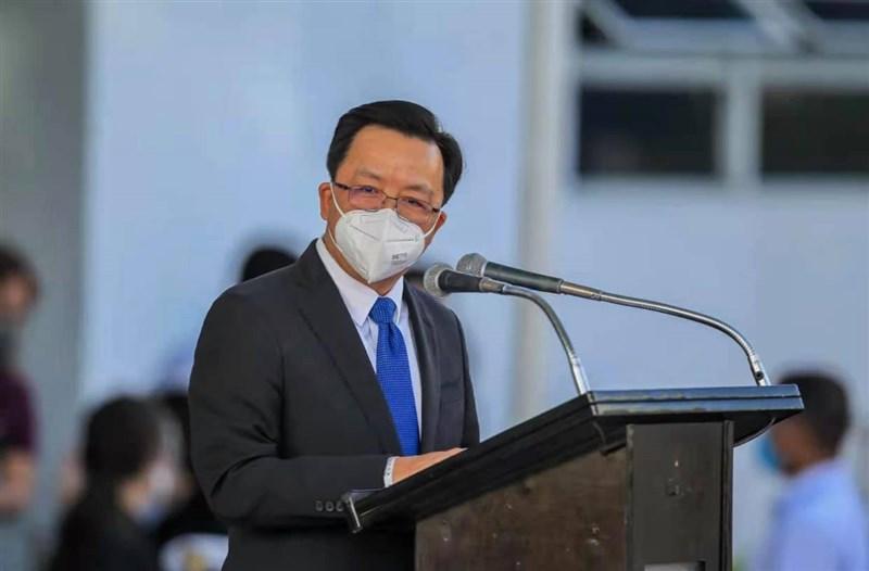 根據聲明,菲律賓外交部12日罕見召見中國駐菲大使黃溪連(前),當面質問關於中國船隻在南海爭議島礁附近「非法停留」一事。(圖取自facebook.com/AmbHuangXilian)