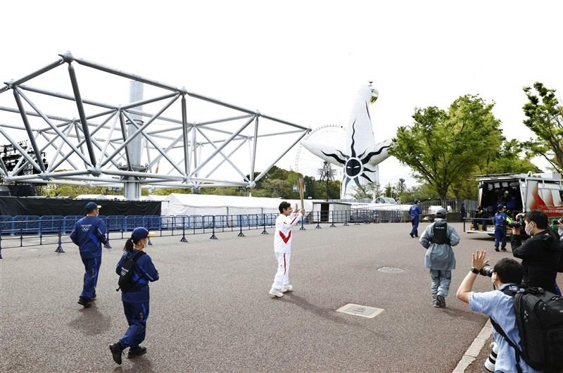 日本東京奧運聖火傳遞13、14日在大阪府進行,因COVID-19疫情擴大,取消在公開道路傳聖火,僅在萬博紀念公園內繞行傳遞。(共同社)