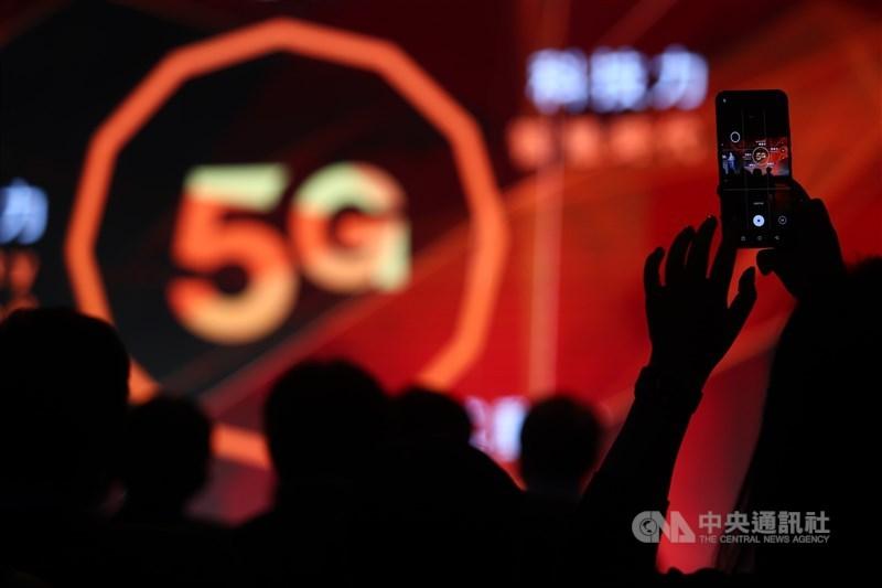 台灣大哥大13日宣布取得NCC 5G高速基地台電波人口涵蓋率超過50%認證,為國內首家5G涵蓋率通過官方驗證的電信業者。圖為台灣大哥大去年6月舉辦5G開台記者會。(中央社檔案照片)
