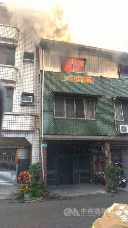 台南市東區一棟民宅13日發生火警,消防局趕往灌救,成功救出一名老婦。(台南市消防局提供)中央社記者張榮祥台南傳真  110年4月13日
