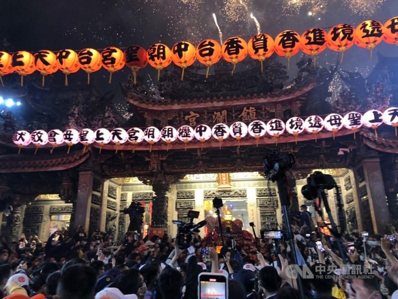 大甲鎮瀾宮媽祖9日晚間起駕,展開9天8夜遶境進香活動。AIT表示,台灣疫情防治表現優異,媽祖遶境因此成為世上難得的宗教盛會。(中央社檔案照片)