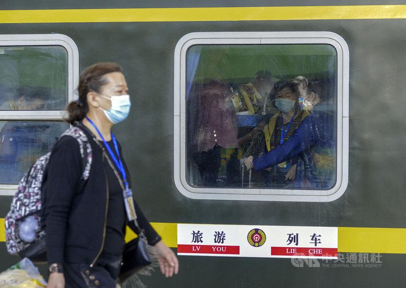 14日發布的大數據顯示,中國即將迎來的「五一長假」將現報復性出遊,預估5天假期出遊將突破2億人次。圖為13日,新疆鐵路在疫情後首度開出新疆到其它省分的旅遊列車。(中新社提供)中央社 110年4月14日