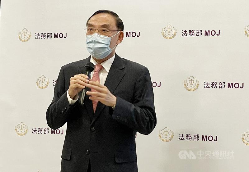 法務部長蔡清祥(圖)14日受訪時指出,無黨籍立法委員傅崐萁假釋案目前由矯正署審查中,還沒有結果,皆按正常程序進行,並無外傳早已假釋通過。中央社記者劉世怡攝  110年4月14日