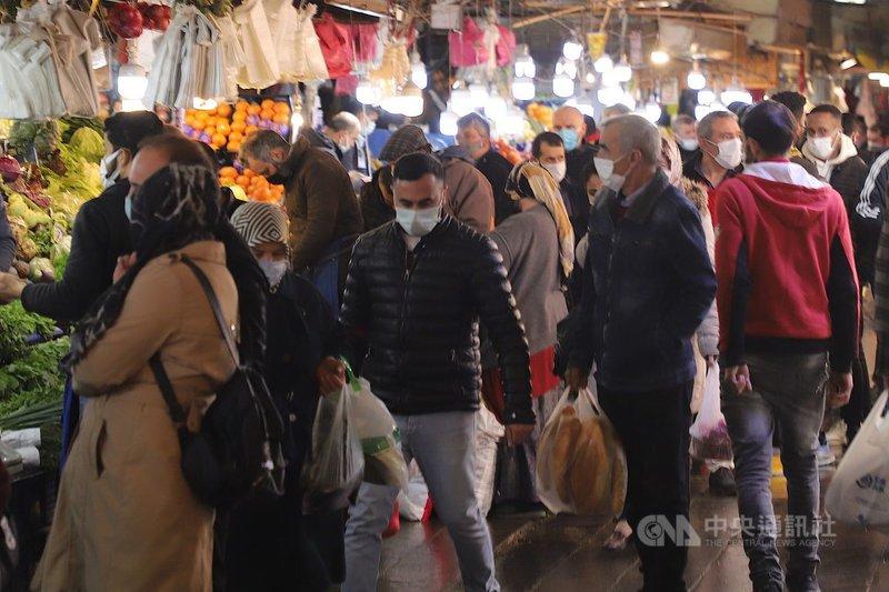 安卡拉舊城區烏魯斯(Ulus)一處傳統巿場13日齋戒月首日擠滿採買人潮。土耳其當天通報創紀錄的近6萬起武漢肺炎病例,當局宣布局部封鎖兩週。中央社記者何宏儒安卡拉攝 110年4月14日