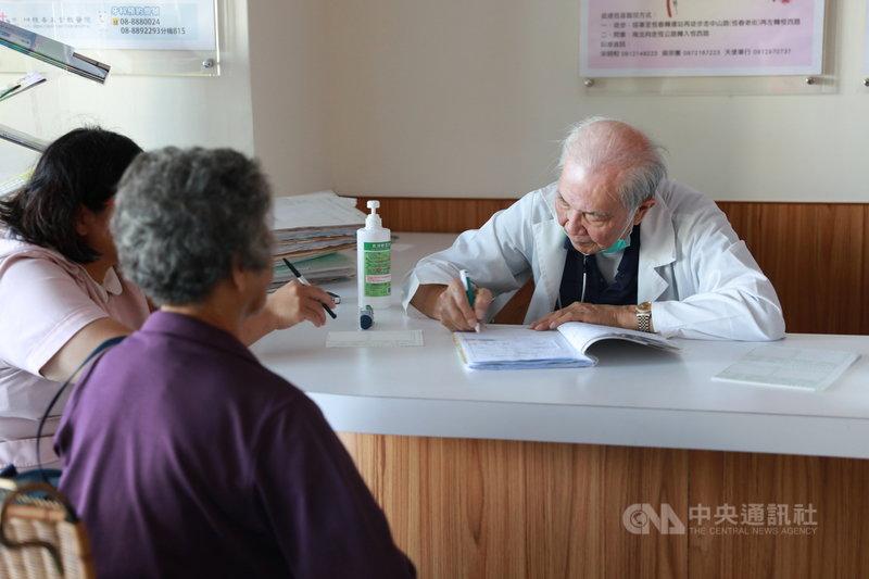 在恆春基督教醫院守護偏鄉18年、2018年榮獲醫療奉獻獎的外科醫師許志新(右)月初辭世,享壽84歲。(恆基提供)中央社記者郭芷瑄傳真 110年4月14日