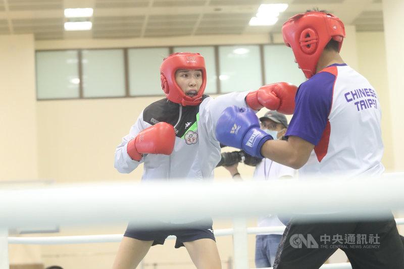 備戰東京奧運,台灣女子拳擊好手黃筱雯14日在國家運動訓練中心進行訓練,黃筱雯(左)與男選手進行動作訓練。中央社記者吳家昇攝 110年4月14日