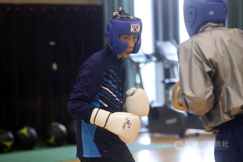 台灣女子拳擊好手林郁婷(中)頂著世界拳后光環,將挑戰東京奧運拳擊57公斤量級,她期許自己的奧運之路,在擂臺上發揮不僅要零失誤,更豪氣地說:「教練希望我打出絕對優勢,而不是相對優勢。」中央社記者吳家昇攝  110年4月14日