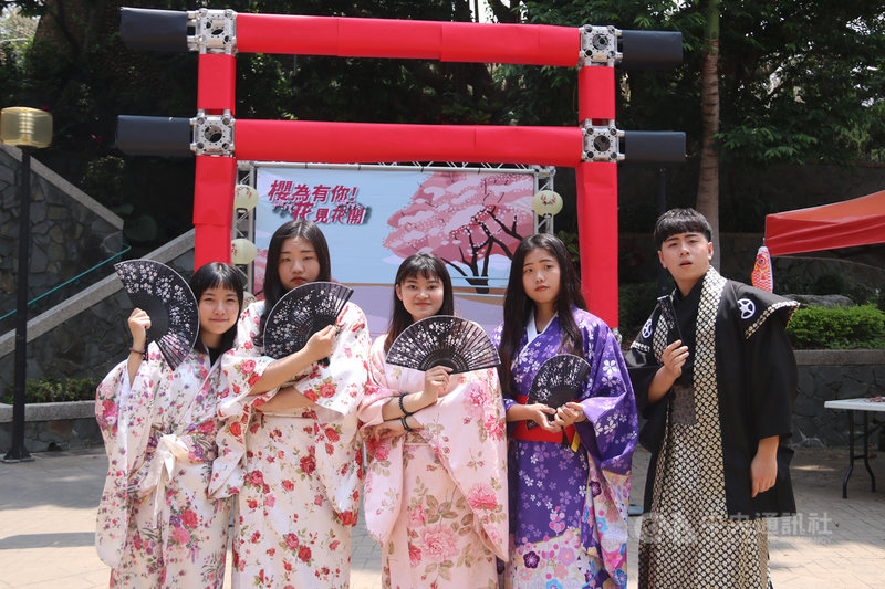 弘光科大學生會舉辦櫻花藝術季活動並結合公益,師生只要捐發票便能穿上浴衣感受日本文化體驗偽出國,發票將全數捐給公益團體。中央社記者趙麗妍攝  110年4月14日