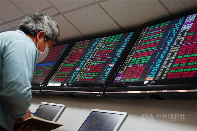 台股14日開盤與美股同步走高,指數早盤一度突破16900點,但隨著電子與傳產股紛紛開高走低,指數也由紅翻黑。(中央社檔案照片)