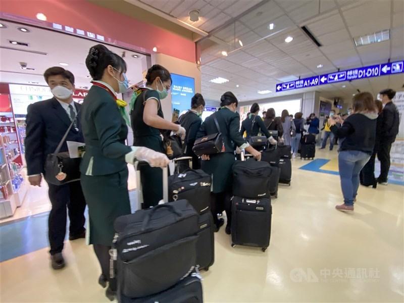 指揮中心指揮官陳時中宣布,15日起鬆綁航空機組員檢疫規定,長程航班者為3天居家檢疫。(中央社檔案照片)