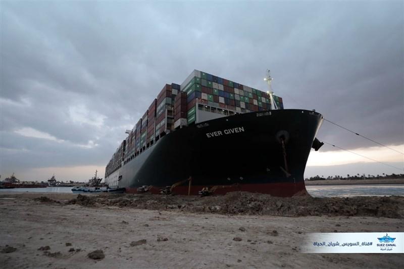 巨型貨櫃輪長賜輪3月間在埃及蘇伊士運河擱淺將近一週,運河管理局4月13日表示,長賜輪已遭扣押,待船公司支付賠償金才會放行。(圖取自facebook.com/SuezCanalAuthorityEG)