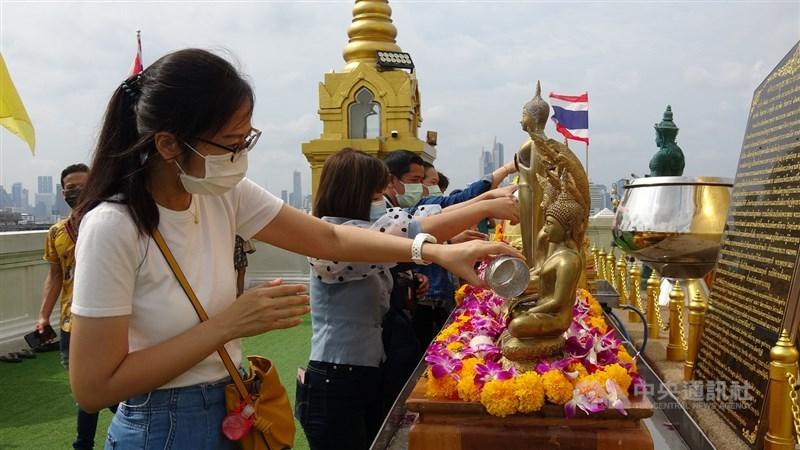 泰國13日通報新增965例確診,政府禁止民眾進行潑水活動,但寺廟可以開放。圖為民眾前往寺廟禮佛,祈禱疫情趕快過去。中央社記者呂欣憓曼谷攝 110年4月13日