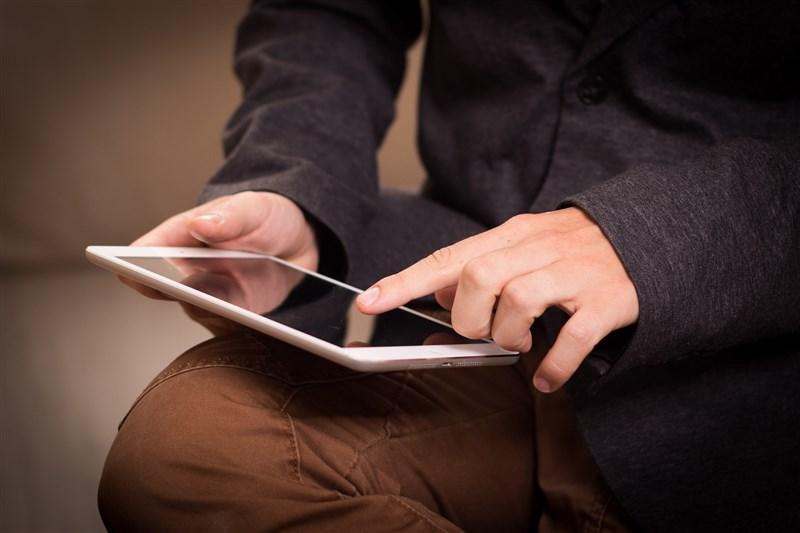 金管會保險局長施瓊華今天表示,會在2年內推動壽險保單全面電子化並同步上線電子保單存摺。(示意圖/圖取自Pixabay圖庫)