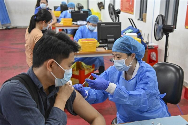 國台辦14日表示,開放台灣民眾接種COVID-19疫苗。圖為廣東廣州市民眾接種情形。(中新社)