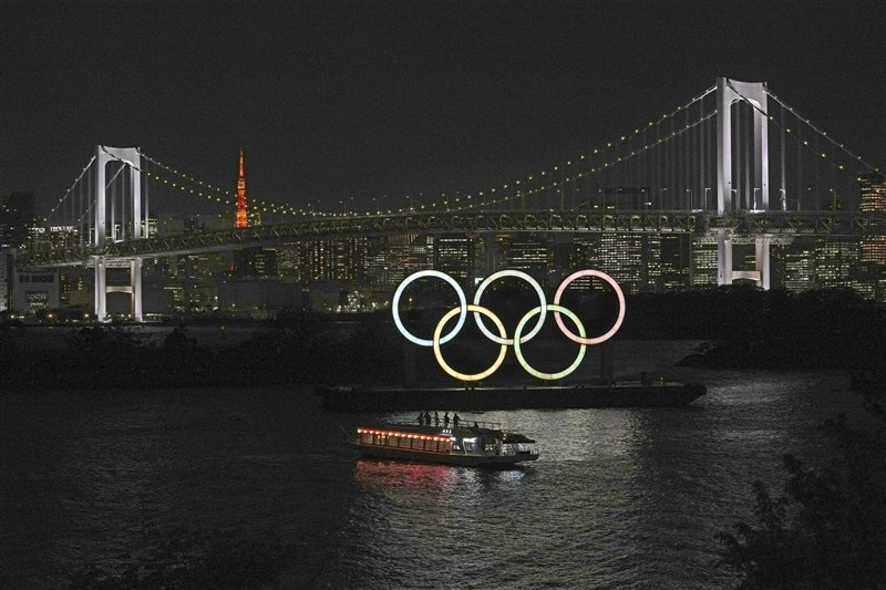 日本2020東京奧運因疫情反覆,有不少聲音認為應停辦,不過國際奧會副主席柯茲表示「一定會辦」。圖為13日晚間東京台場的奧運標誌。(共同社)