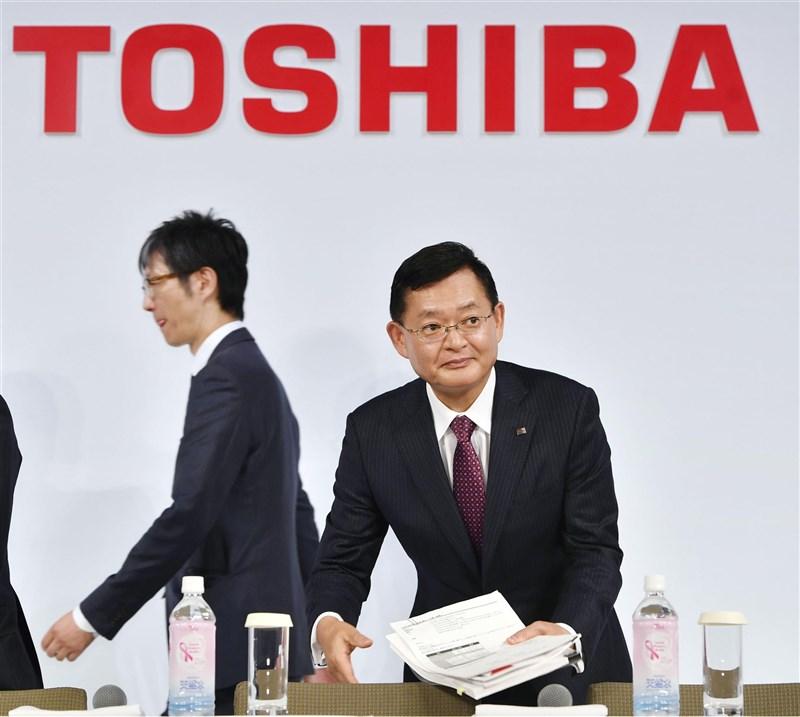 日本電機大廠東芝社長車谷暢昭(右)14日上午在臨時董事會上請辭。(共同社)