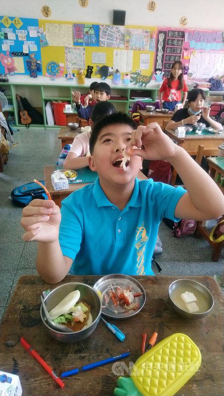 雲林縣南陽國小14日的營養午餐出現龍蝦大餐,學生們大快朵頤,露出幸福的笑容。(學校提供)中央社記者姜宜菁傳真 110年4月14日
