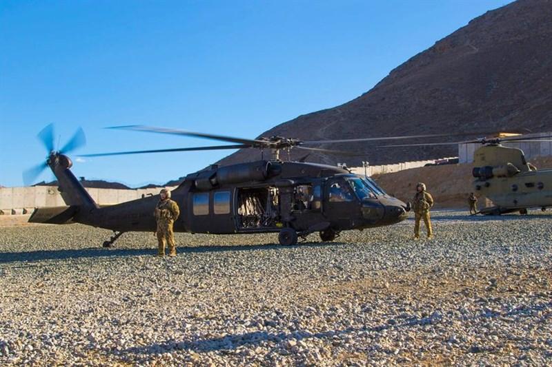 美國官員表示,總統拜登13日將宣布,在911恐攻20週年紀念日前撤回所有駐阿富汗的美軍。圖為2019年美軍一架直升機在阿富汗基地準備起飛。(圖取自facebook.com/DeptofDefense)