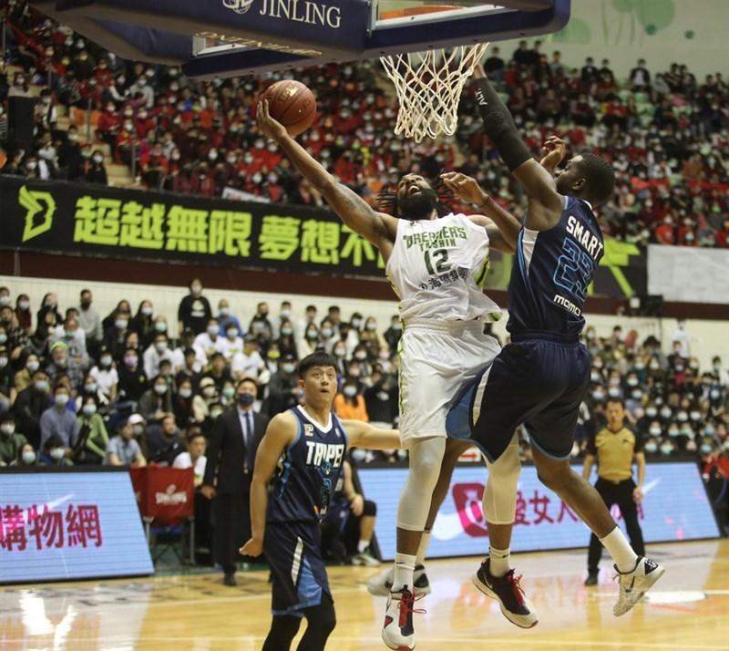 台灣職業籃球聯盟P. LEAGUE+聯盟第5、6支球隊的傳言不斷,聯盟執行長「黑人」陳建州14日表示,高雄不只1家企業在爭取。圖為2020年 P. LEAGUE+開幕戰。(中央社檔案照片)