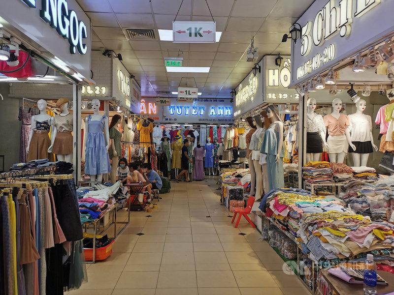 越南批發零售、汽機車修護業受到COVID-19疫情與電商蓬勃發展嚴重衝擊。圖為胡志明市安東市場,這裡是遊客購買紀念品的去處,也是當地著名的服飾批發市場。中央社記者陳家倫胡志明市攝  110年4月14日