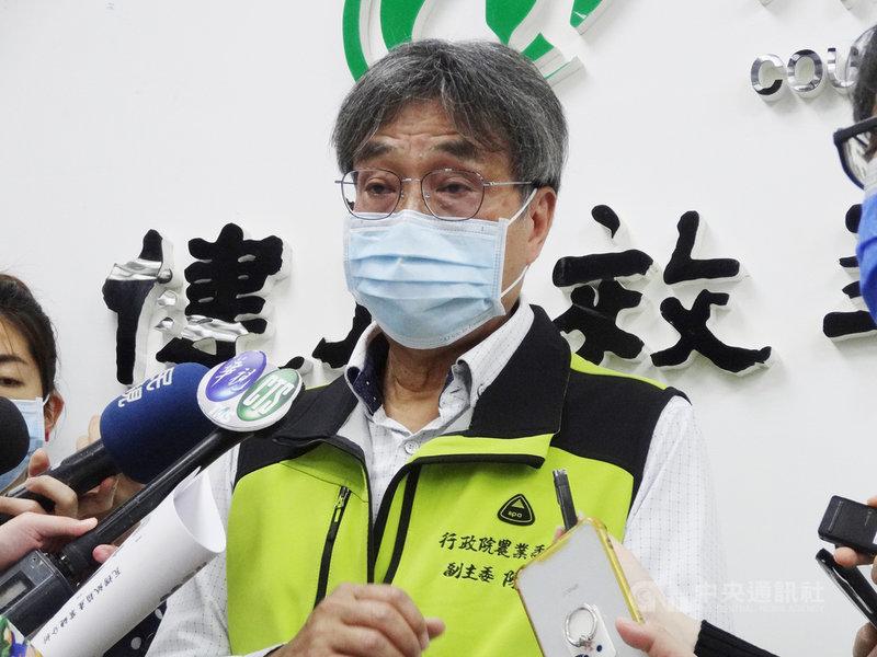 外銷日本的台灣香蕉3月份發生農藥百克敏超標,最近又檢出第滅寧0.02ppm,違反日方不得檢出規定,由於接近儀器靈敏度,日方目前未加嚴檢疫。農委會副主委陳駿季15日受訪表示,會加強產銷管理,善盡督導責任。中央社記者楊淑閔攝 110年4月15日
