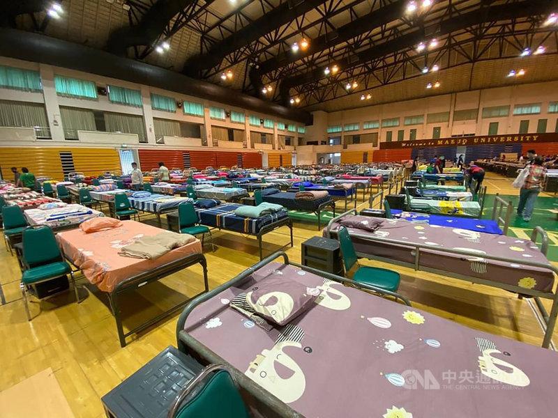 泰國近日疫情升溫,14和15日連續2天確診超過1000例,創下疫情爆發以來最高紀錄。圖為泰國政府在清邁設立臨時醫院以因應大量確診人數。(泰國陸軍提供)中央社記者呂欣憓曼谷傳真  110年4月15日
