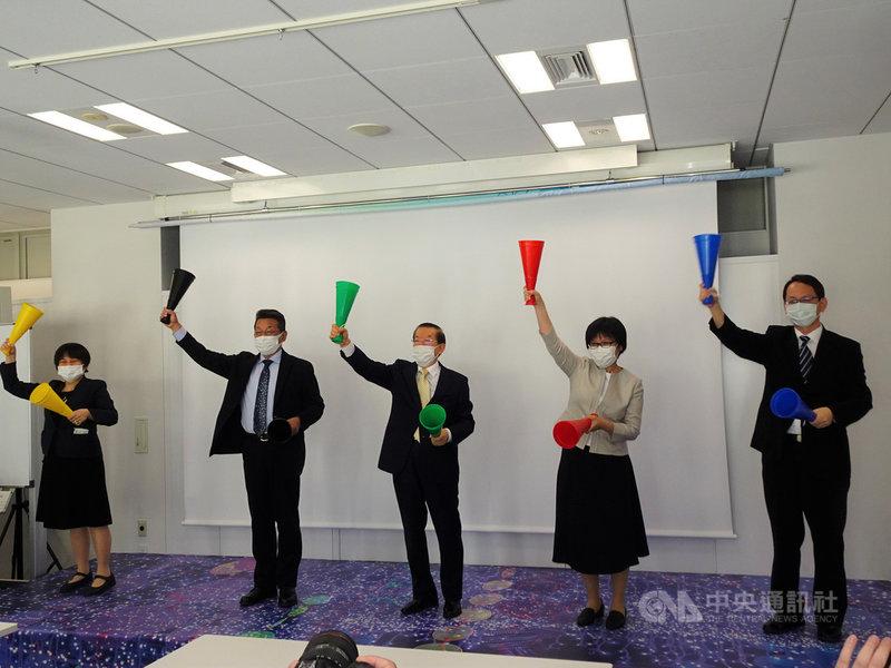 張星賢是首位參加奧運的台灣人。台日合辦的「奔向世界的台灣選手張星賢」展15日在東京開幕,吸引許多媒體採訪,有助炒熱7月登場的東京奧運氣氛。中央社記者楊明珠東京攝 110年4月15日