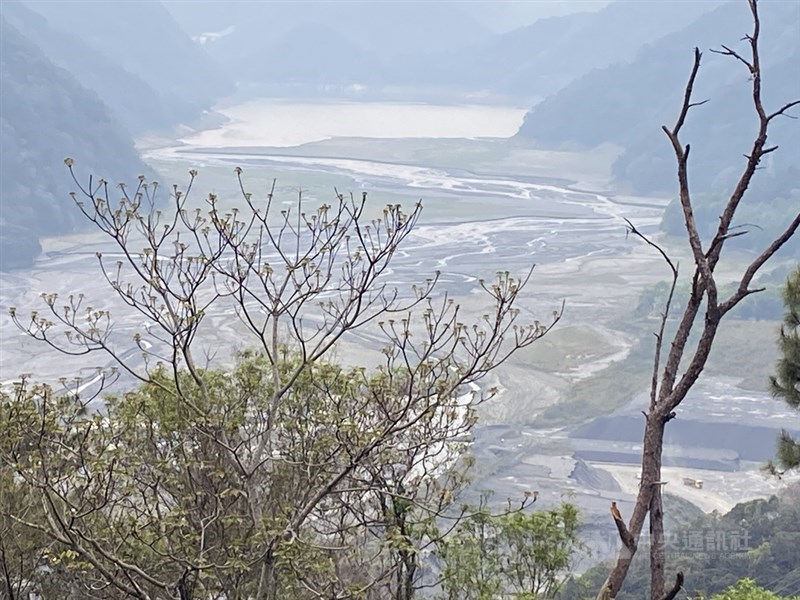 氣象專家吳德榮認為,颱風舒力基不但無助解旱,颱風外圍沉降作用反而會讓台灣水氣轉乾。圖為南投霧社水庫庫底露出大片泥地。中央社記者蕭博陽南投縣攝 110年4月14日