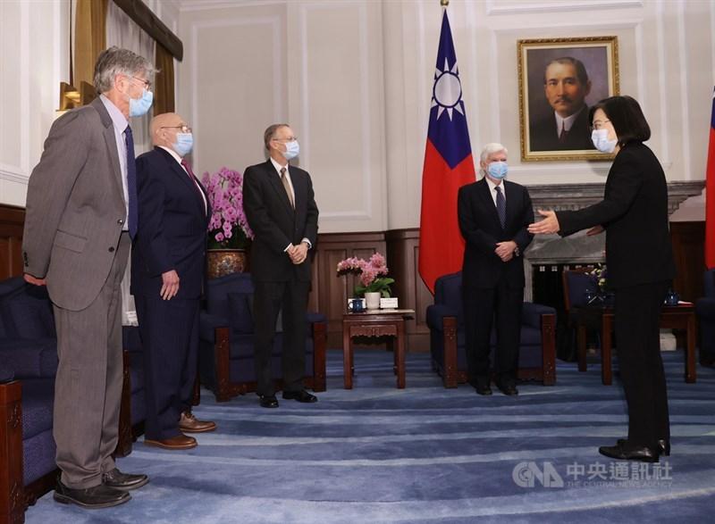 總統蔡英文(右)15日在總統府接見美國總統拜登派遣資深訪團前參議員陶德(Chris Dodd)(右2)、美國在台協會(AIT)處長酈英傑(William Brent Christensen)(左3)、前副國務卿阿米塔吉(Richard Armitage)(左2)和史坦柏格(James Steinberg)(左),歡迎他們來訪。中央社記者鄭傑文攝 110年4月15日