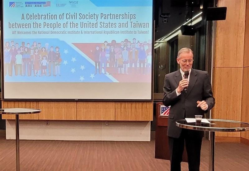 美國在台協會(AIT)15日表示,歡迎美國國際民主協會(NDI)及國際共和研究所(IRI)來到台北成立辦事處。圖為AIT處長酈英傑。(圖取自facebook.com/AIT.Social.Media)