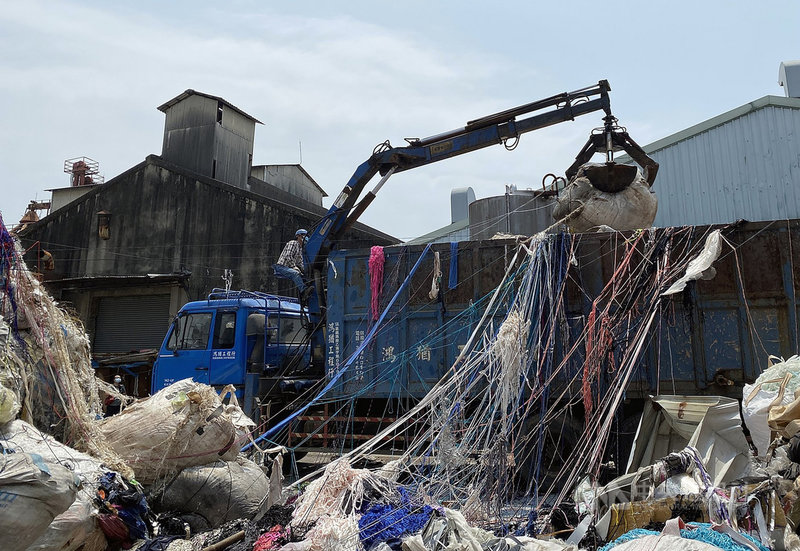 嘉義市青年街某工廠非法堆置廢棄物,且已發生兩次火警,引發地方民眾憂心;環保局持續進行相關作為,預防火災再起。當地新西里里長楊文玲表示,業者自15日起清運廢棄物,讓居民比較安心,不必擔心悶燒情形再度發生。中央社記者黃國芳攝  110年4月15日