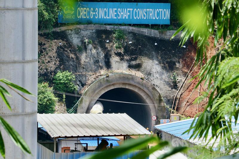 雅萬高鐵正在開挖的6-3號隧道位在西爪哇西萬隆縣奇庫帕山泉的正下方,工程切斷泉水,引發民眾抱怨,工地不准外人進入。圖攝於3月23日。中央社記者石秀娟西爪哇攝 110年4月15日